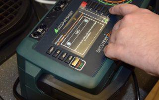 Grünes Gerät zur Prüfung von Maschinen.